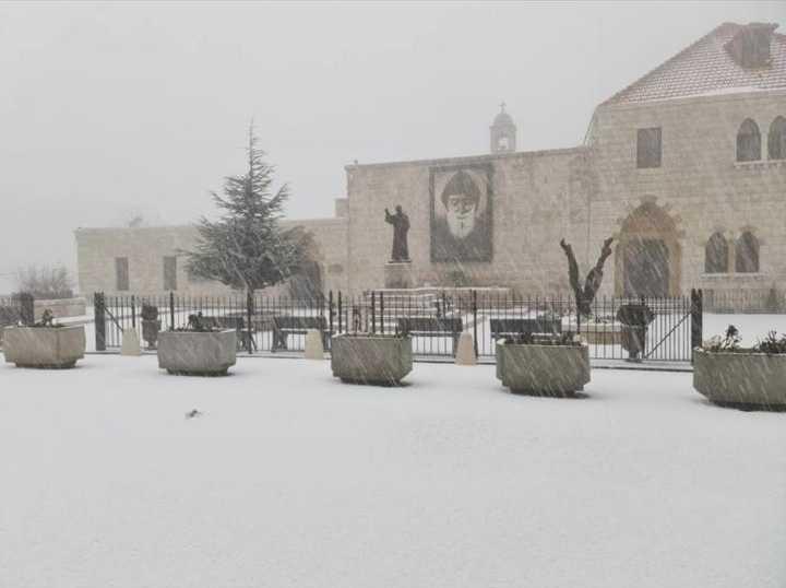 العاصفة تنحسر وتعزل قرى وتقطع طرقات والزائر الأبيض يغطي لبنان